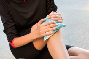 שקית קפואה לשיכוך כאבי ברכיים